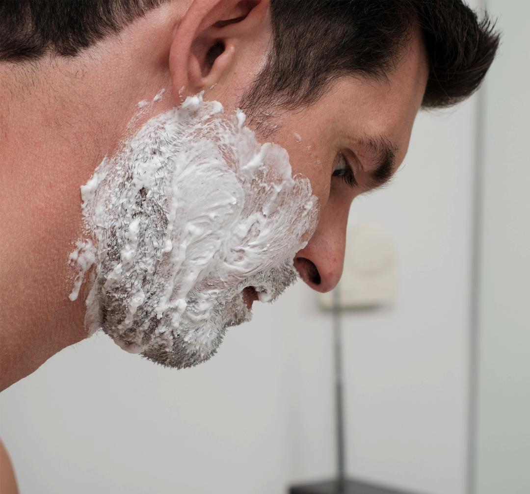 Hvorfor svier det efter barbering?