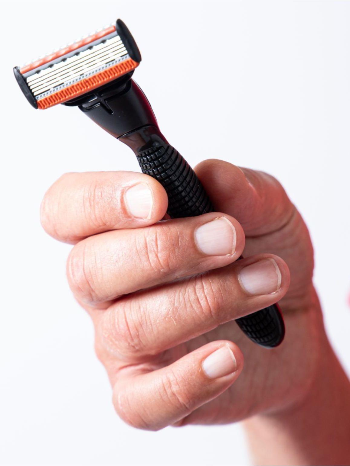 Barber kun med skarpe rene barberblade for sund hud