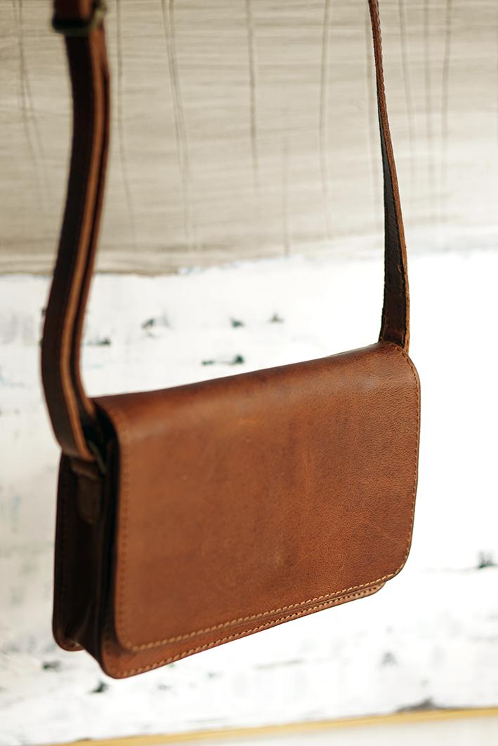 Lille skuldertaske i mahogni brunt læder til dame taske til hverdag og fest