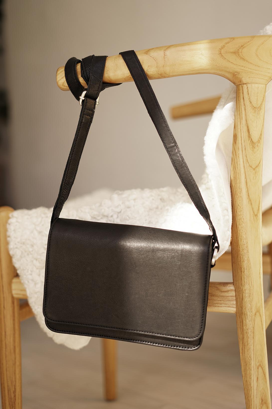 Skuldertaske til kvinder i sort læder lille dametaske til hverdag og fest