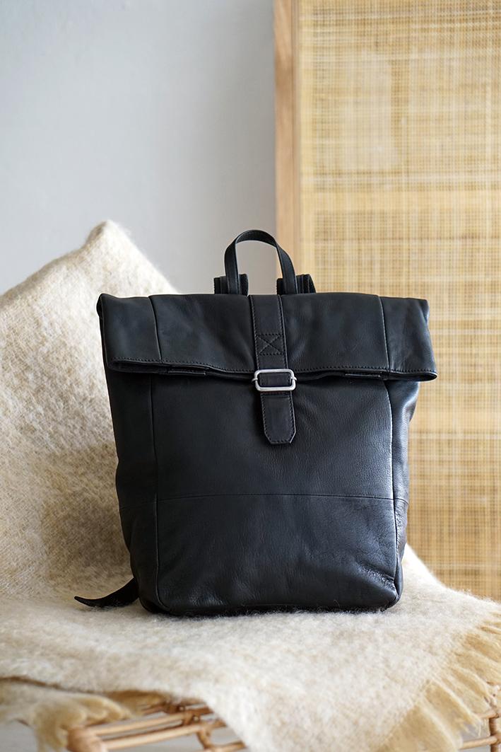 Roll-up rygsæk med spændeluk sort læder stilrent design herrer og damer