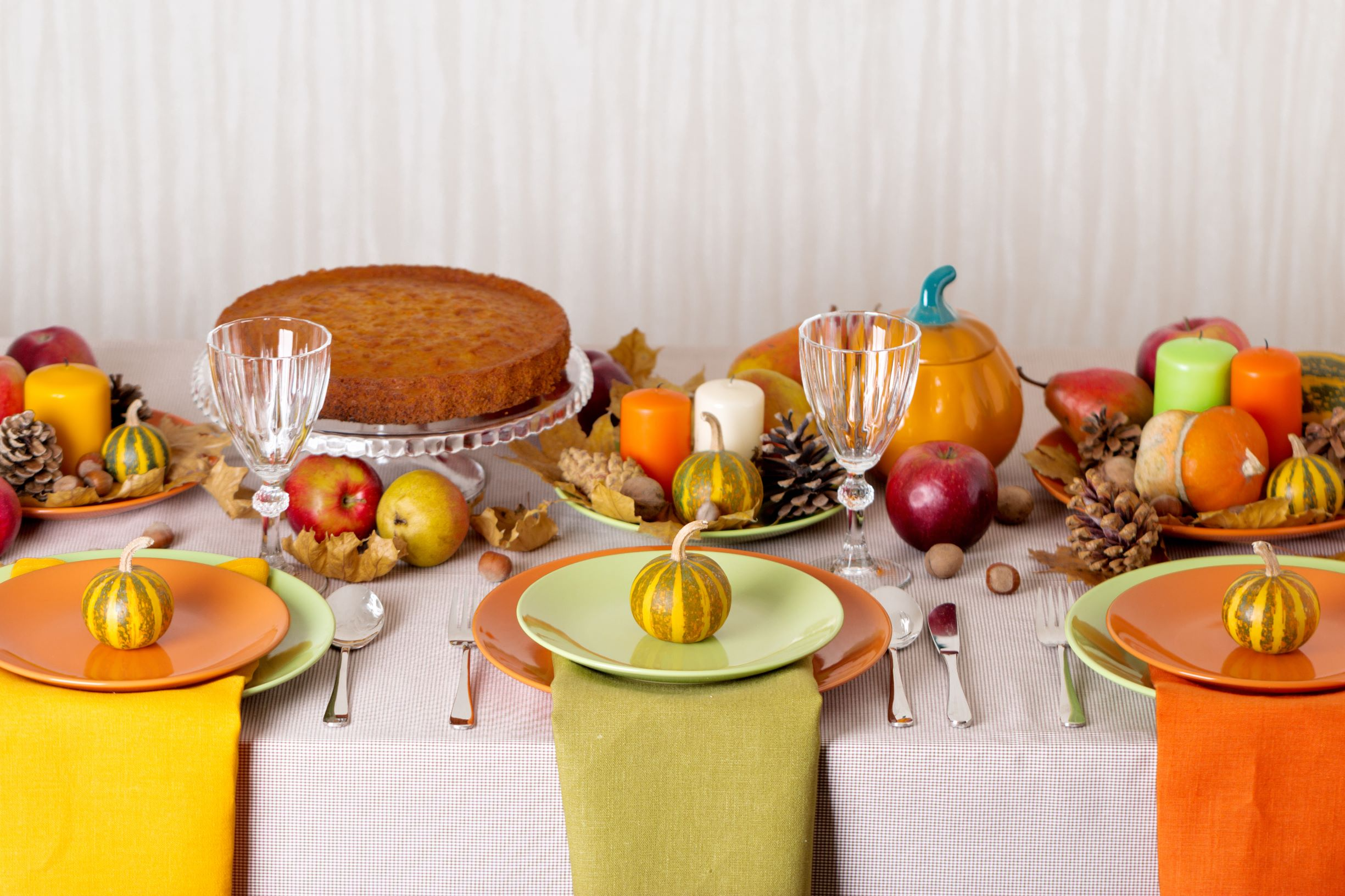 Thanksgiving table in yellow and green theme.