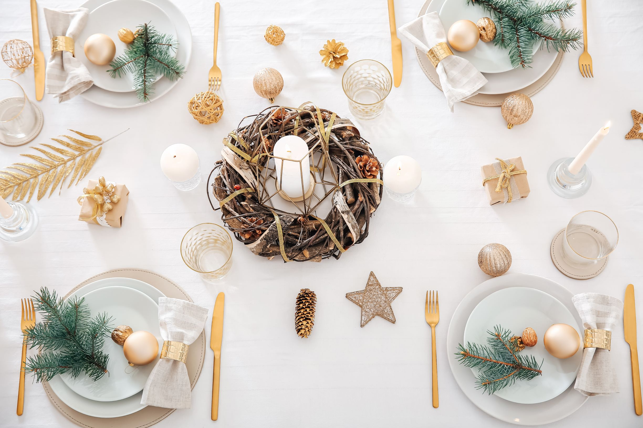 Christmas Table in rustic white and gold combination.