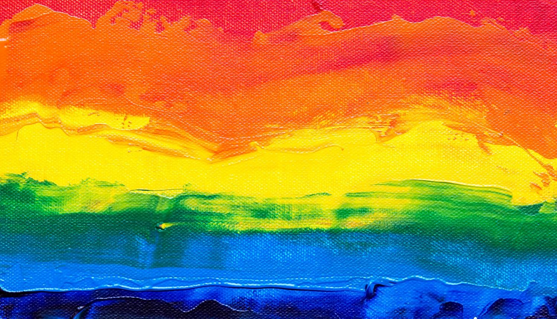 Em artigo sobre o Dia do Orgulho LGBTQIA+ (gays, lésbicas, bissexuais, travestis, transexuais, queers, intersexuais etc.), imagem traz o quadro de um arco-íris.