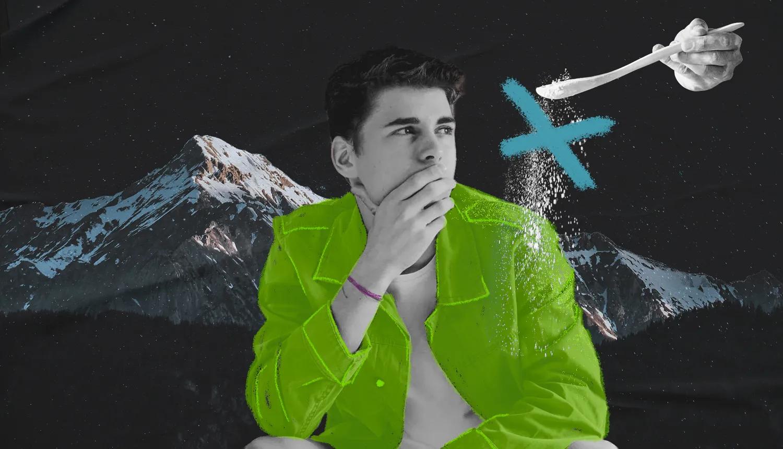 Colagem de homem de pele clara, camiseta branca, jaqueta verde, cabelos escuros e sem barba. Ao fundo, montanhas cobertas por neve e uma colher derrama sal sobre o ombro esquerdo dele, em alusão ao efeito que a caspa faz sobre a roupa.