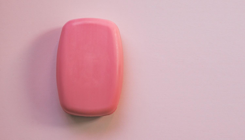 Em artigo sobre quatro produtos muito errados para fazer a barba (barbear), imagem mostra uma barra de sabonete cor-de-rosa em fundo rosa claro.