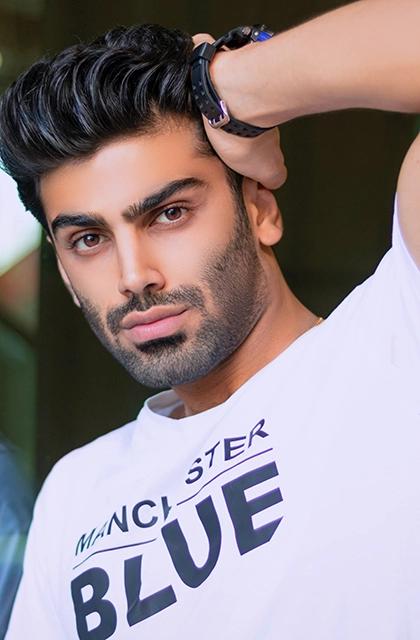 Foto de homem do Oriente Médio (persa), de camiseta branca, cabelos escuros curtos e barba por fazer em artigo que discute se raspar a barba faz crescer mais rápido.