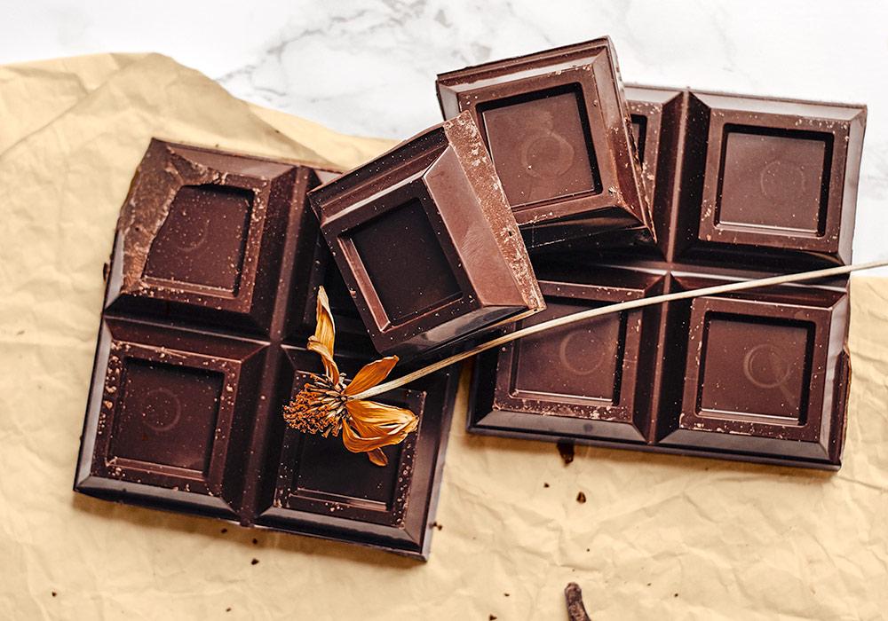 Schokolade auf braunem Backpapier