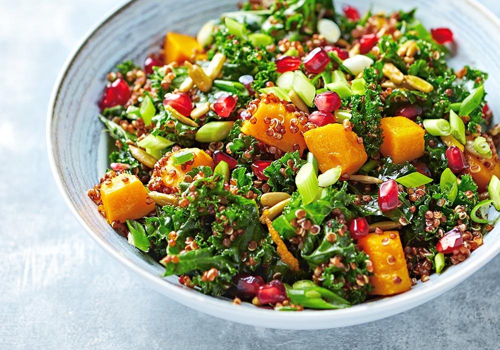 Bunter Salat mit Quinoa, Kürbis und anderen frischen Gemüse-Sorten.