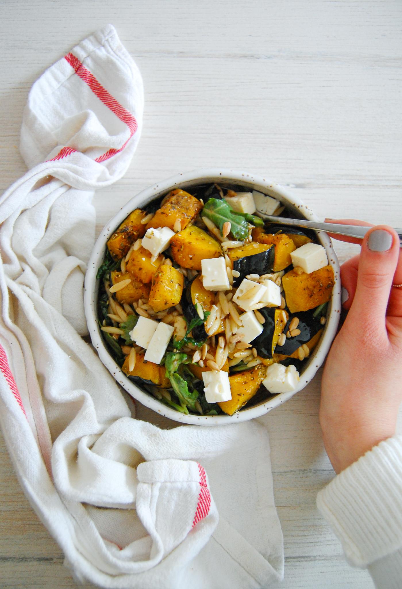 Salade tiède d'orzo & courge rôtie