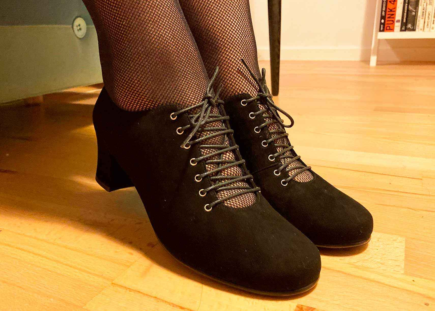 Retro lace-up shoes in black suede from Nordic Shoepeople