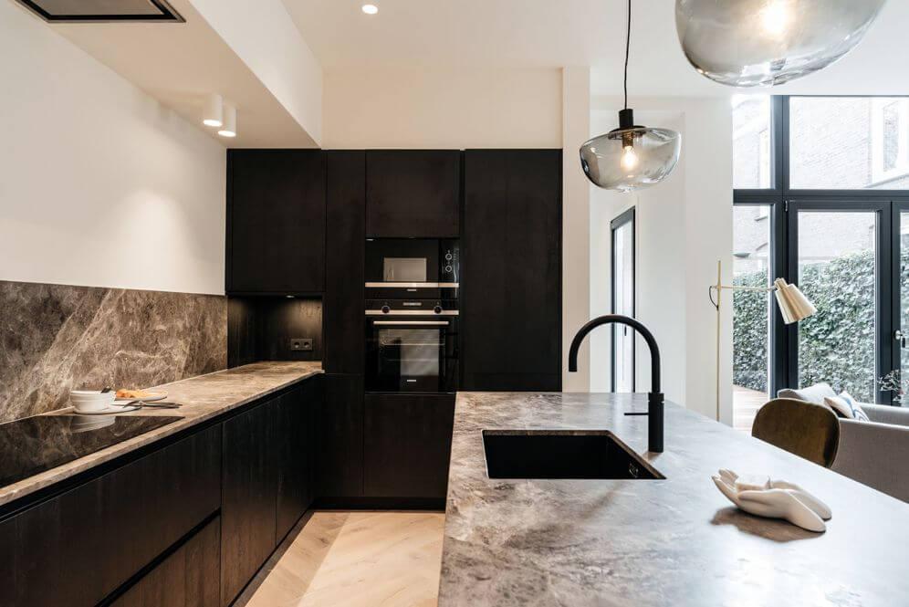 Renovatie woning met maatwerk zwarte keuken