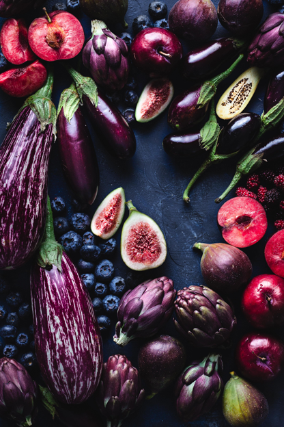 Variedade de frutas na cor roxa, simbolizando o turismo gastronômico